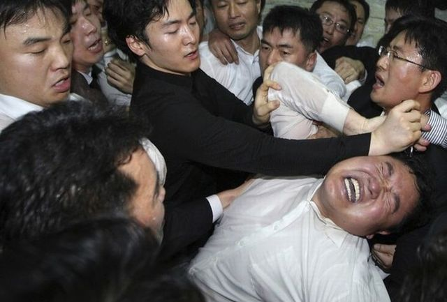 Political clashes in South Korea (11 photos)