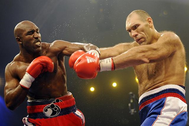 Nikolay Valuev has defeated Evander Holyfield (30 photos)