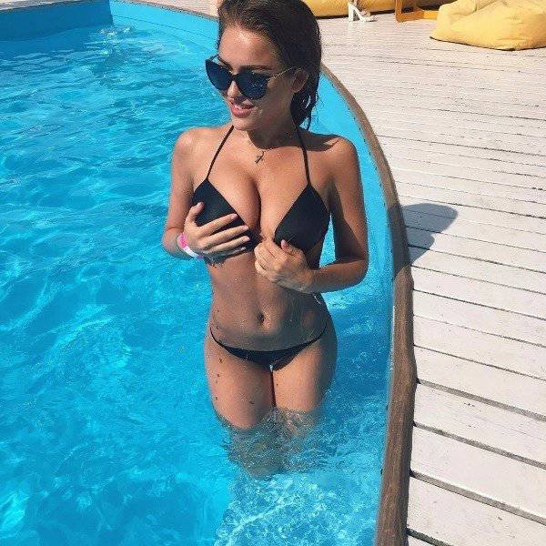 Shiny Wet Curves Of These Girls Are Stunning