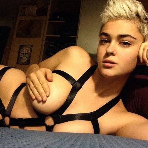 Braless Girls Let Their Boobs Hang Free
