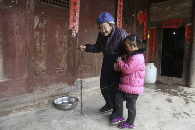 This 5-Year-Old Chinese Girl Has A Burden On Her Fragile Little Shoulders That Not Every Adult Could Carry