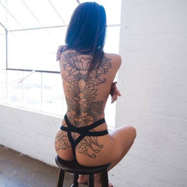 These Girls Have A Little Bit Of Art To Show You If You Look Behind