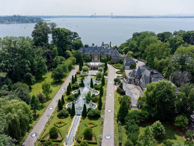 If You Want Something Bizarre In Your Life – You Could Live Like A Soviet Billionaire In A Long Island Mansion