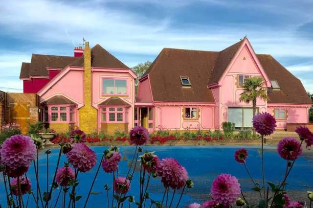 Bring Your Love For Pink Color To Ultimate Levels With This House