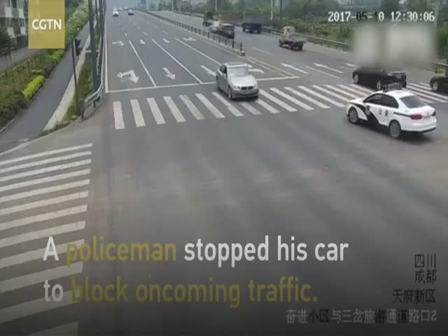 Kind Cop Stops Traffic To Help An Old Man Cross The Street