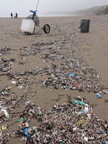This Man Creates Art Out Of Trash He Finds On The Shore To Show How People Contaminate The Ocean