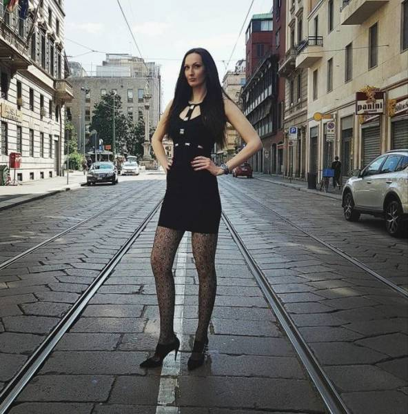 "This Former Russian Basketball Player With INSANELY Long Legs And Large Feet Is Aiming To Become The ""World's Tallest Model"" Now!"