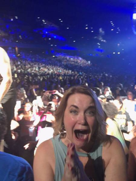 When Her Favorite Singer Touched Her Hand, This Woman Showed How Absolute Excitement Looks Like!