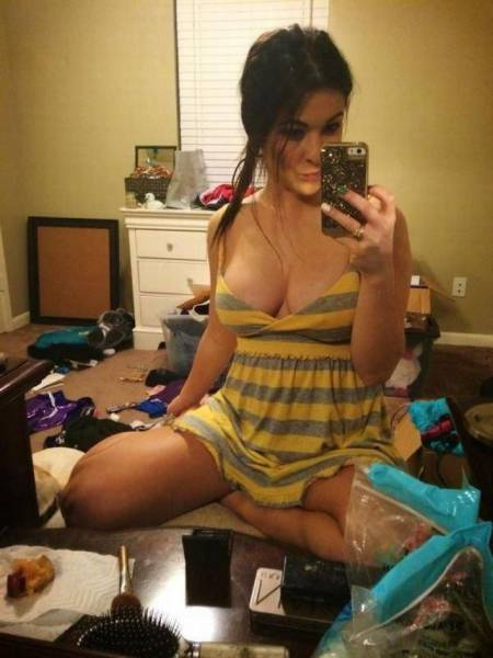 Sexy Selfie Is Much Better When Your Room Is Clear