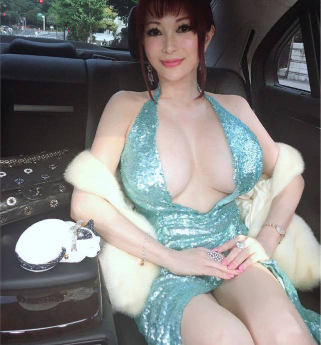 Big-Breasted Japanese Model Is Looking For A Lover, And Japan Goes Insane