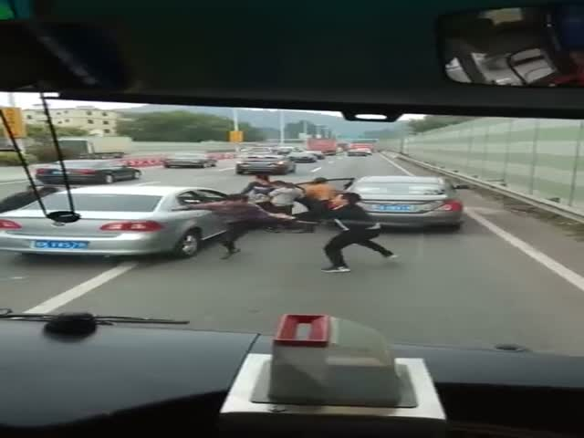Chinese Fight In The Middle Of The Road