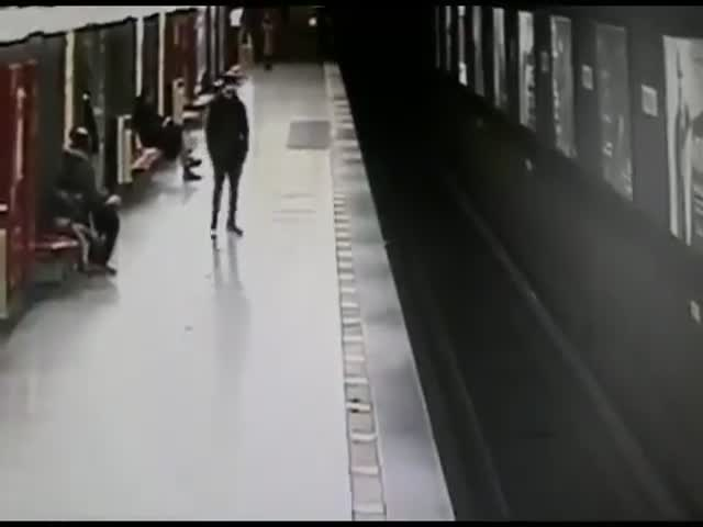 Student Was The Fastest To React To A 2-Year-Old Falling On The Rails