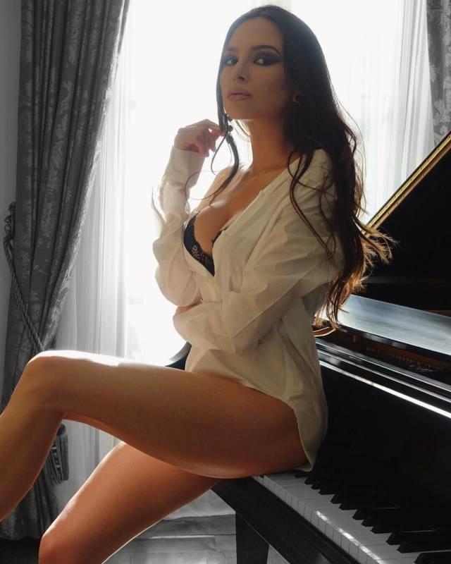 Lola Astanova Knows The Melody Of Men's Hearts