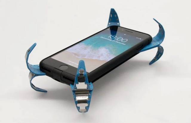 With This Genius Device Our Phones Will Be Safe From Falling!