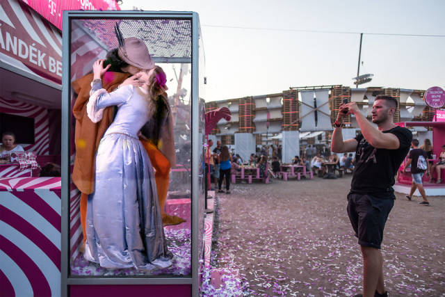 People From Classical Paintings Found Their Way To A Music Festival!