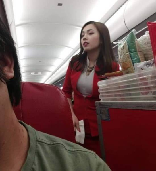 """This Chinese """"AirAsia"""" Hostess Is Such A Cutie"""