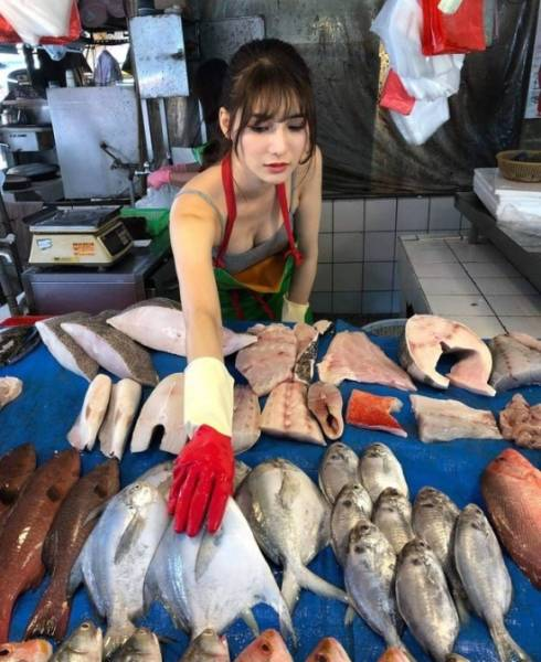 Taiwanese Model Helps Her Mother Sell Fish And Becomes Extremely Popular On The Internet