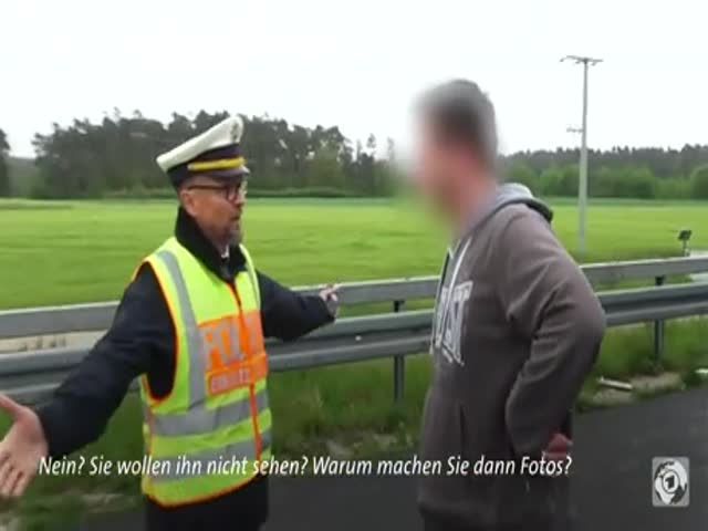 German Police Officer Masterfully Deals With Rubberneckers