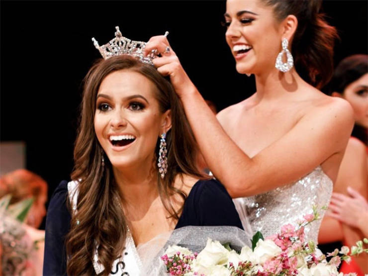 """24-Year-Old Biochemist Wins """"Miss Virginia"""" After A Smart Choice Of Her Talent"""