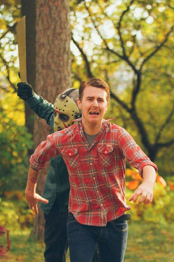 """Couple Decided To Have A """"Friday The 13th""""-Themed Engagement Photoshoot"""