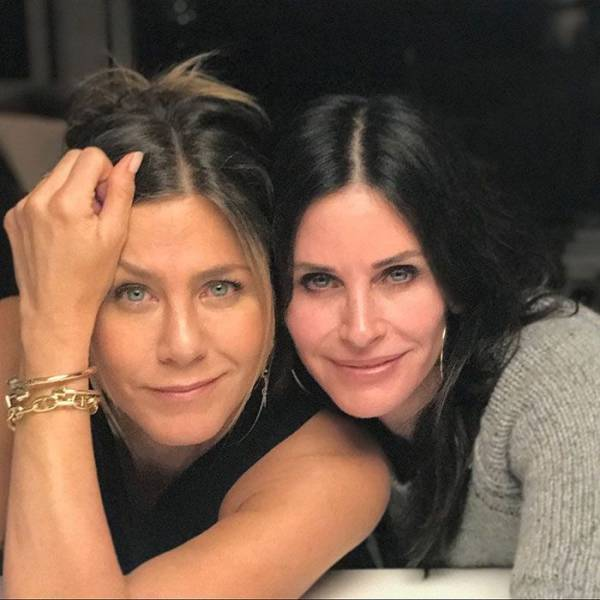 """Jennifer Aniston Finally Creates An Instagram Account, Instantly Gets Millions Of Followers By Sharing """"Friends"""" Reunion Snaps"""