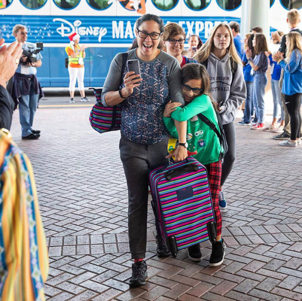 """Lieutenant Dan From """"Forrest Gump"""" Takes Over A Thousand Children Of Fallen Soldiers To Disneyland Completely For Free"""