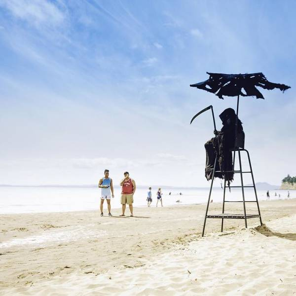 Guy Plans To Travel Around Florida Beaches As The Grim Reaper