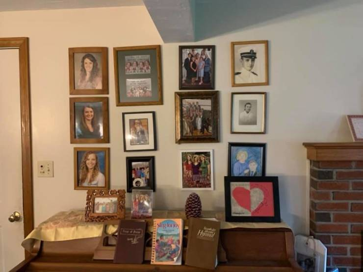 Girl Gradually Replaces Family Portraits With Drawings, Waits For Parents To Notice