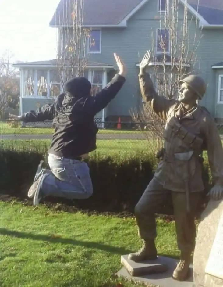 People Love Posing With Statues!