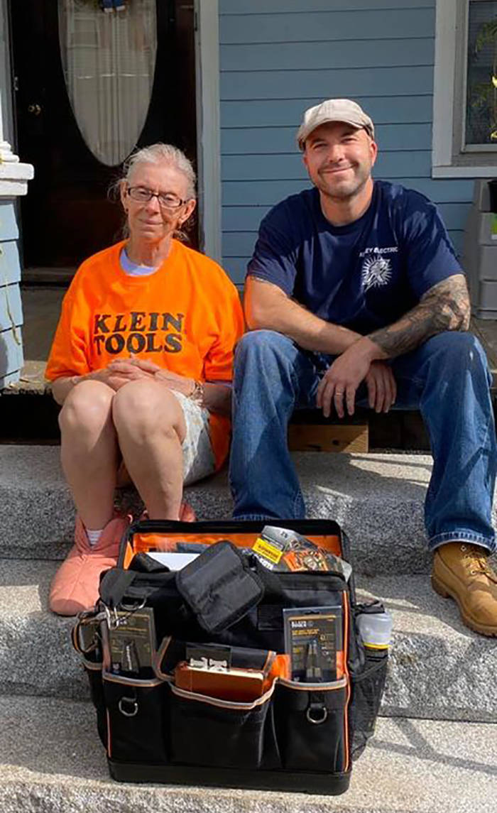 Electrician Fixes 72-Year-Old Woman's Lights, Then Organizes A Volunteer Group To Fix Her House For Free