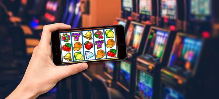Are online slots random?