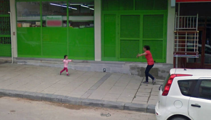 """Some Unexpected Shots From """"Google"""" Street Views"""