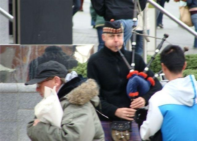 How to play the bagpipes (10 pics)