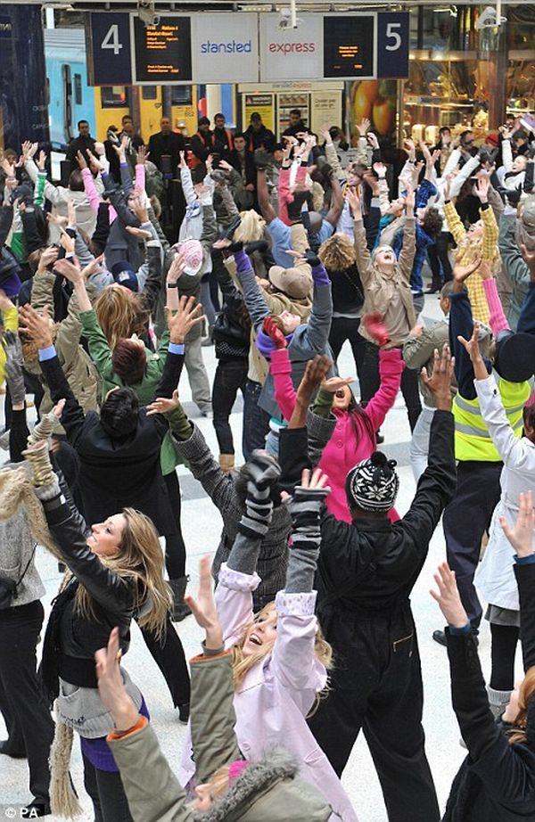 Flash-mob. Dancing people (6 pics + 3 videos)