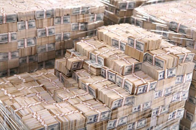 How looks one billion dollars in cash? (4 pics)