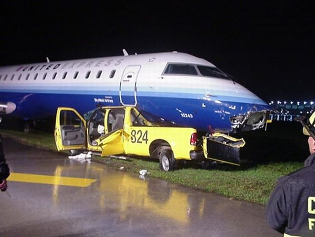 Airport technicians moved the plane at night without putting on the lights (8 pics)