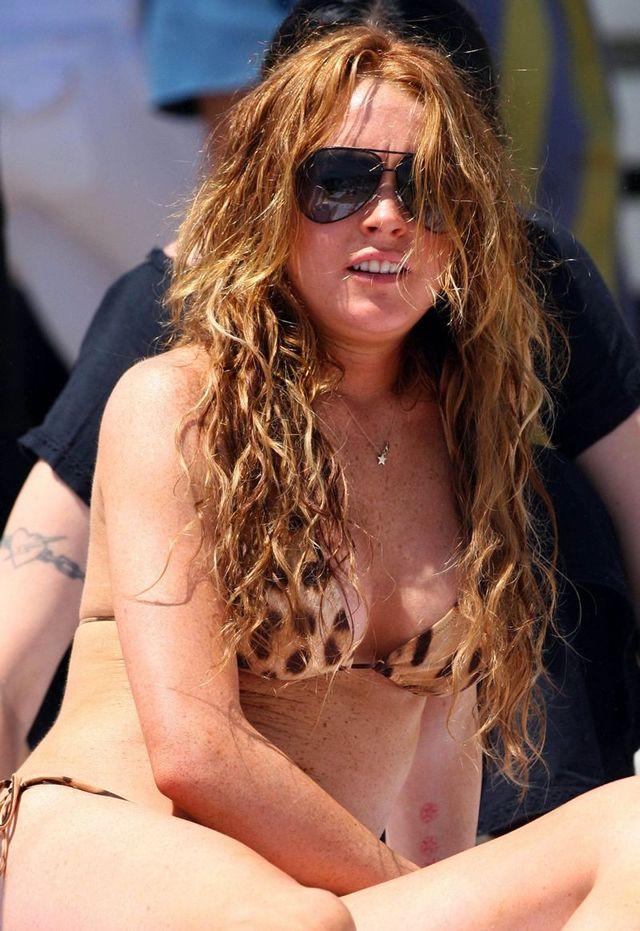 Lindsay Lohan on the beach (13 photos)