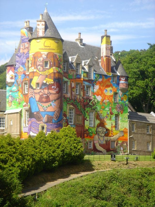 Scottish castle faces graffiti makeover (16 pics)