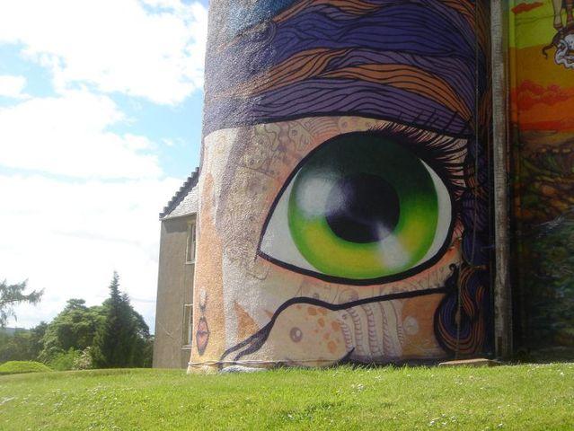 Scottish castle faces graffiti makeover (16 pics)