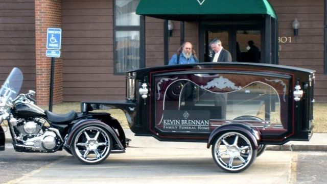 Very unusual hearse (4 pics)