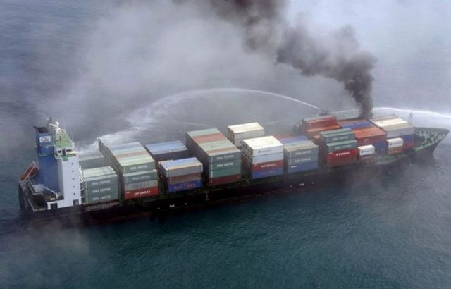 Tanker and container ship collision (5 pics)