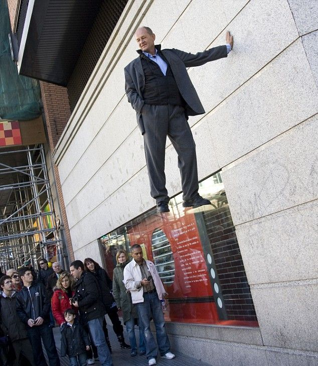 Gravity has no effect on him. Amazing illusion (8 pics)