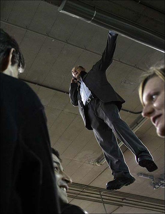 Gravity has no effect on him. Amazing illusion (8 pics)