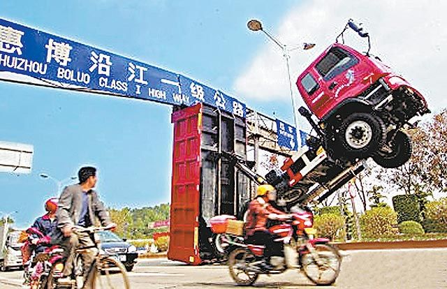 Compilation of stupid or funny moments on the roads (77 pics)