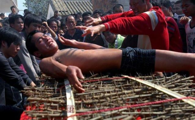 Weird Asian ritual (13 photos)