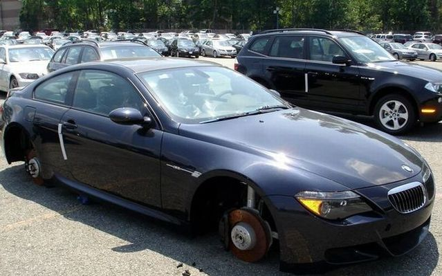 Audacious stealing of BMW wheels (7 pics)