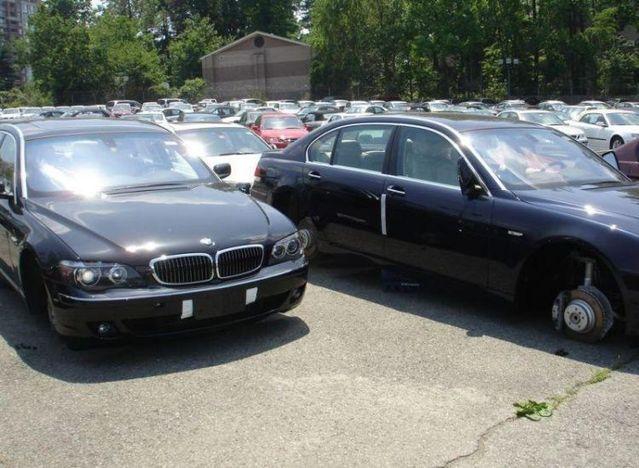 Audacious stealing of BMW wheels (7 pics)