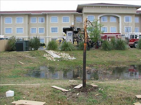 18-wheeler truck vs motel (7 pics + 1 videos)