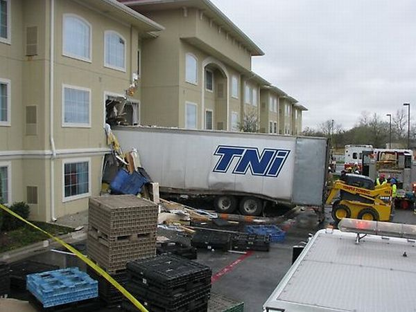 18-wheeler truck vs motel (7 pics + 1 videos)