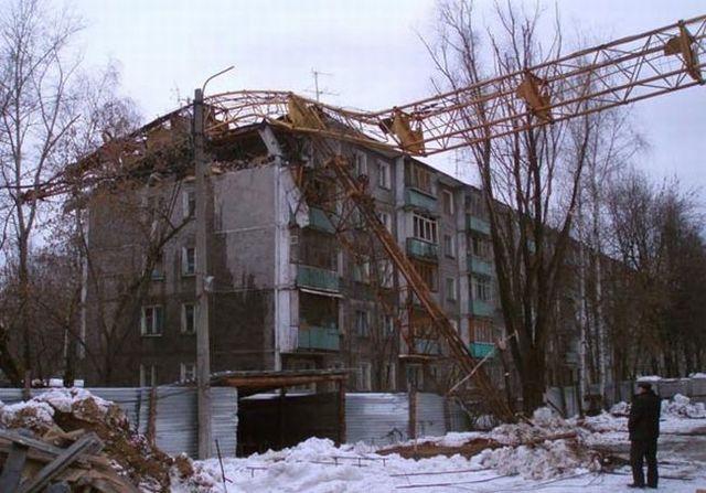Crane vs house (6 pics)